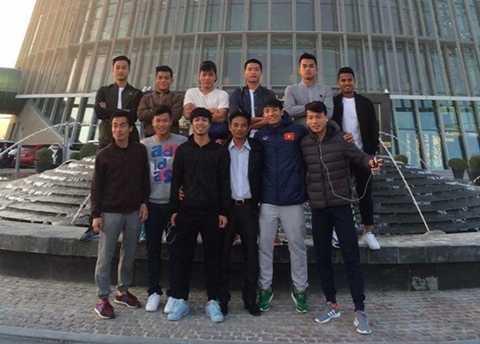 Bác sỹ Thủy chụp ảnh chung cùng các tuyển thủ U.23 Việt Nam tại Qatar