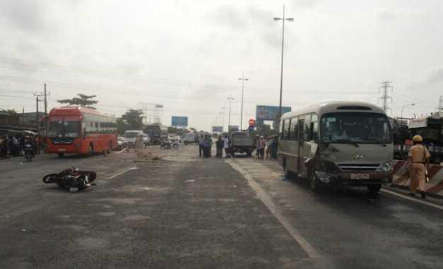Hiện trường xe khách tông xe máy hai người chết tại chỗ sáng 12/2 tại Cái Bè, tỉnh Tiền Giang.