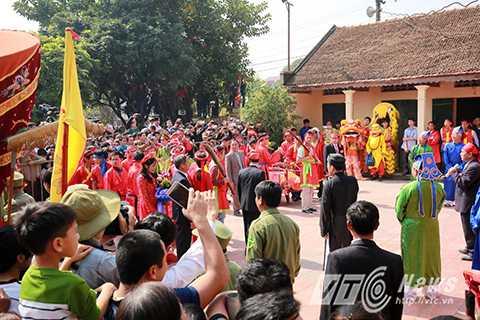 Rất đông người dân tụ tập ở khu vực sân đình để chứng kiến lễ chém lợn hiến tế.