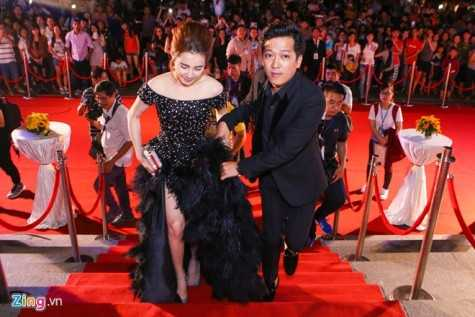 Cây hài xứ Quảng ga lăng nâng đỡ váy cho bạn gái. Ảnh: Nguyễn Thành