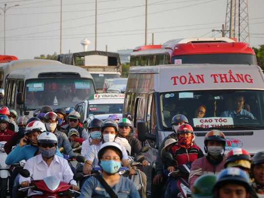 Các phương tiện di chuyển khó khăn, chen chúc nhau trên quốc lộ 51 để về TP HCM