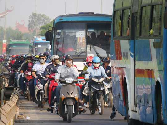 Lượng xe quá lớn khiến dẫ đến tình trạng ùn ứ kéo dài, các phương tiện xếp thành hàng dài nhiều cây số.
