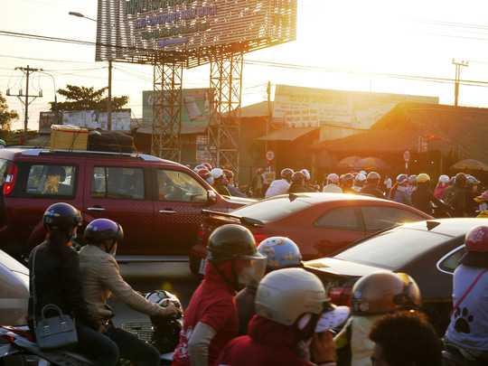 Nút giao thông quốc lộ 51- Nhơn Trạch hỗn loạn người và xe