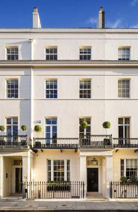 Những năm tháng còn đương nhiệm, bà sinh sống trong một dinh thự ở gần Quảng trường Chester, London. Dinh thự này sau đó được bán lại vào năm 2013 khi bà qua đời với giá chỉ 4,1 triệu euro. Nhưng người chủ mới đã tiến hành sửa chữa nâng cấp nó thành một trong những biệt thự sang trọng nhất London