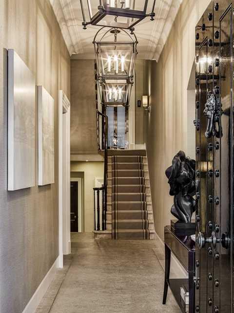 Căn biệt thự này gồm có 6 tầng và các cửa sổ được giữ nguyên lớp kính chống đạn loại đặc biệt. Sảnh chính vẫn được trang trí bằng loại đá giống như vật liệu ở Nhà Quốc hội Anh.