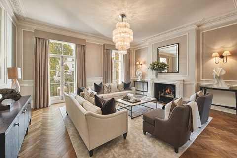 Phòng khách cũng vô cùng ấn tượng với trần nhà cao 3,5m, tầm nhìn ra phía quảng trường rộng rãi và lò sưởi Louis XVI đẹp mắt. Thời còn sống ở đây, nữ thủ tướng Anh thích nhất căn phòng này