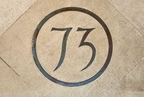 Một trong những điểm đặc biệt nhất của dinh thự là số nhà được in luôn trên viên gạch đầu tiên bước lên cửa chính. Con số 73 được chính tay bà Thatcher thiết kế