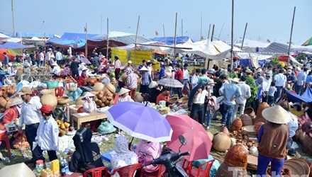 """Chiều 14/2 (mồng 7 tháng Giêng) hàng nghìn người đổ về chợ Viềng (Trung Thành, Vụ Bản, Nam Định) """"mua may bán rủi"""" trong phiên chợ chỉ họp một lần trong năm"""