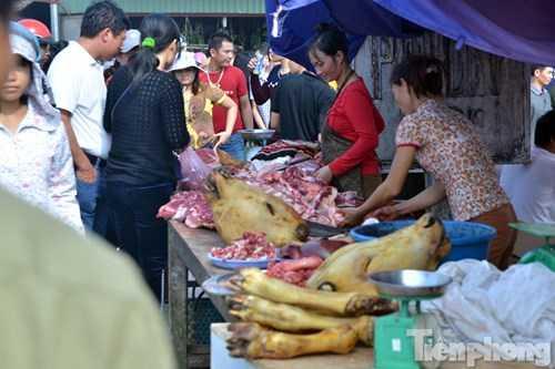 Phía ngoài chợ, hàng dài các bàn bán thịt bò.