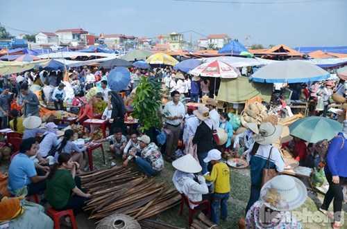 Phía cuối chợ, khu vực bán dụng cụ mây tre như thúng, quang gánh, rổ,... tấp nập người mua bán.