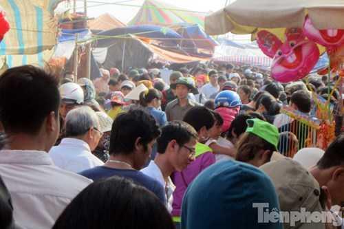 Tại khu vực cổng chợ hàng nghìn người chen chân trên các lối đi.
