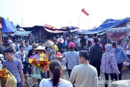Khách đến chợ Viềng từ khắp nơi, trong Nam ngoài Bắc, đông nhất vẫn là người nội tỉnh sau đến khách các tỉnh Nghệ An, Thanh Hoá đổ ra. Khách các tỉnh từ Quảng Ninh, Hải Phòng, Hà Nội, Thái Bình đổ về đông nườm nượp.