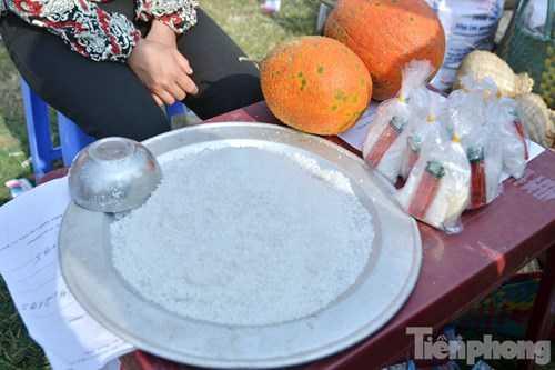 Nhiều người bán muối, gạo,....