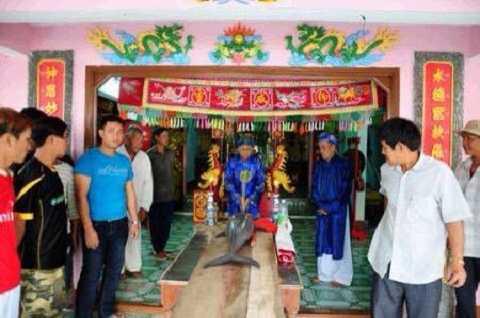 Ngư dân tổ chức nghi lễ trước khi mang đi an táng