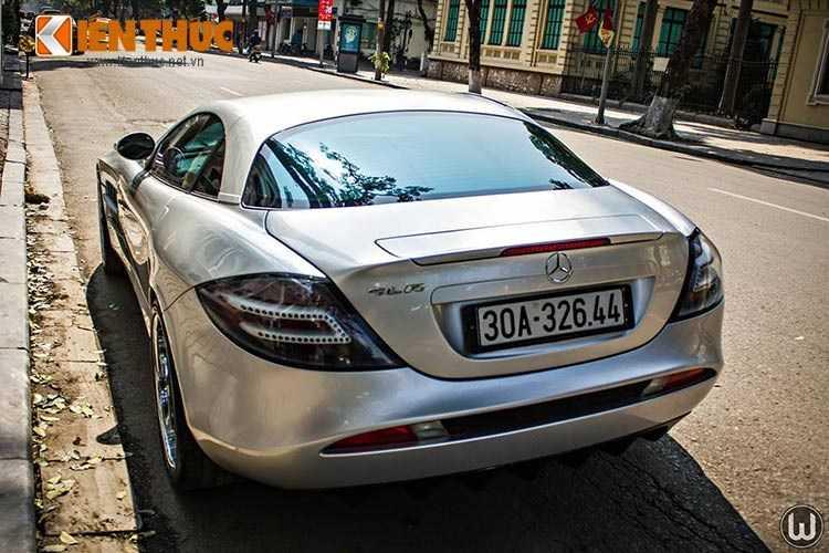 Mercedes SLR McLaren được biết đến là siêu xe sản xuất hàng loạt đầu tiên được tạo nên từ chất liệu sợi cacbon. Trái tim của siêu xe này là động cơ siêu tăng áp V8 5.5 lít do AMG chế tạo.
