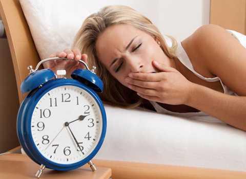 Ngủ điều độ và đủ giấc sẽ giúp bạn cân bằng nhịp sinh học nhanh chóng và hiệu quả. Ảnh minh họa
