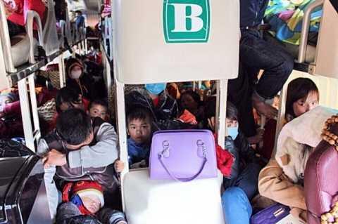 Xe nhồi nhét khách bị CSGT phát hiện và xử phạt ở Quảng Bình (Ảnh: TTO)