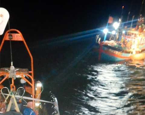 Xuyên Tết, cứu ngư dân, tàu cá bị nạn, trên biển, Đà Nẵng, Hoàng Sa