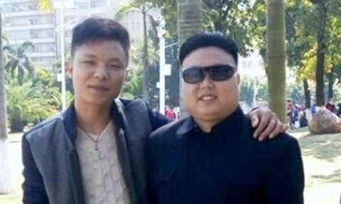 Ông Trương chụp ảnh cùng một khách du lịch