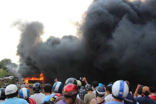 Nhiều người lại gần đám cháy theo dõi, chụp hình