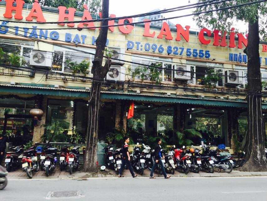 Xe xếp chật kín trước cửa một nhà hàng trên đường Tăng Bạt Hổ