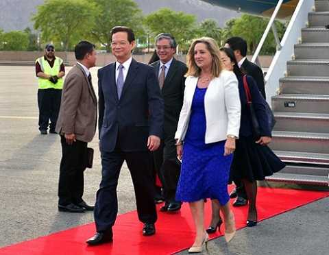 Thủ tướng Nguyễn Tấn Dũng và Đoàn đại biểu Việt Nam đến sân bay quốc tế Palm Spring. Ảnh: VGP/Nhật Bắc