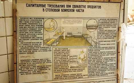 Tấm bảng hướng dẫn cách làm việc trong nhà ăn