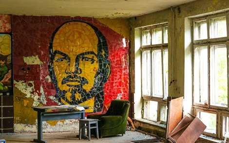 Bức tranh Lenin được vẽ bên trong một tòa nhà của thị trấn