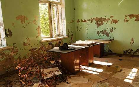 Một văn phòng cũ còn sót lại chiếc mũ thời Liên Xô