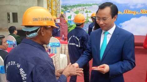 Bí thư Thành ủy Đà Nẵng lì xì đầu năm cho các công nhân thi công công trình Cung văn hóa thiếu nhi