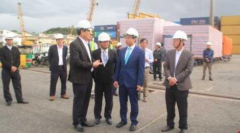Bí thư Thành ủy Đà Nẵng kiểm tra và động viên cán bộ, công nhân viên cảng Đà Nẵng ra quân đầu năm 2016