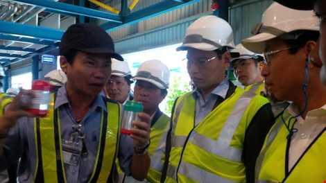 Nhân viên hãng bia Larue đang thông tin về chất lượng sản phẩm