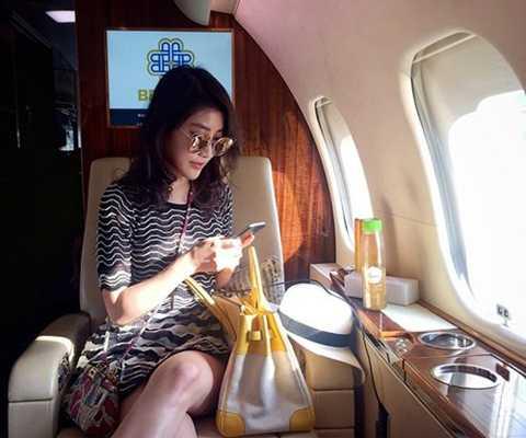 Sở hữu vẻ ngoài yêu kiều, gương mặt khả   ái, Chryseis được giới truyền thông và cư dân mạng chú ý hơn cả. Thường   xuyên chia sẻ hình ảnh cuộc sống giàu sang trên trang cá nhân, hiện tài   khoản Instagram của cô thu hút gần 400.000 người theo dõi.