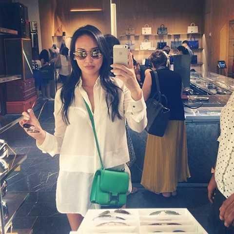 Dorothy Wang nổi tiếng với thói   quen vui chơi tại các câu lạc bộ đêm. Có mặt trong danh sách quý tử nhà   tỷ phú tại Beverly Hills của E! Online. Nữ thừa kế này hiện nằm trong   danh sách những ngôi sao cần được chăm sóc tỉ mỉ cẩn thận nhất của khu   mua sắm xa xỉ Beverly Hills.