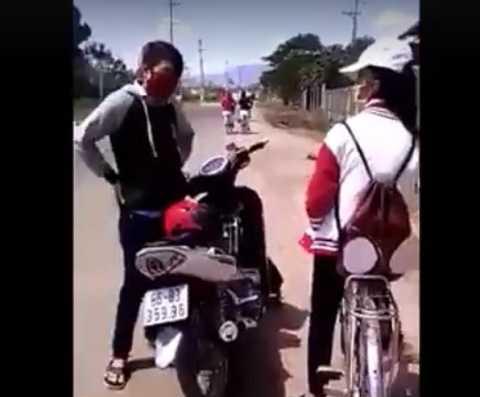 Nam thanh niên chặn xe cô gái. Ảnh từ video clip