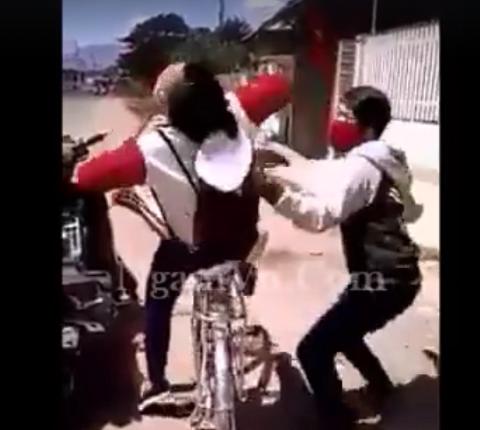 Nữ sinh ngã ngửa sau cú tát trời giáng vào mặt của nam thanh niên. Ảnh từ video clip