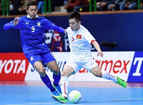 Sang hiệp 2, Thái Lan có bàn vượt lên dẫn trước ở phút 32 do công của Suphawut (số 9 trong ảnh). Nhưng không lâu sau, Xuân Du cũng mang về bàn san bằng cách biệt cho tuyển Việt Nam.