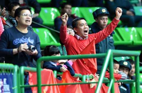 Niềm vui của các CĐV Việt Nam có mặt trong nhà thi đấu ở Uzbekistan