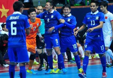 Và trong vòng chưa đầy 1 phút, Suphawut đã ghi liền 2 bàn, hoàn tất cú hat-trick cho riêng mình và mang về chiến thắng 3-1 cho Thái Lan. Kết quả này khiến Việt Nam phải đối đầu với đương kim vô địch Nhật Bản ở vòng tứ kết.
