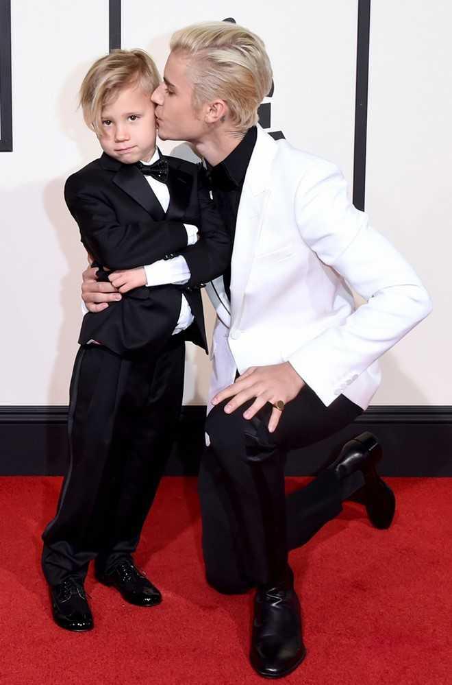 Justin Bieber đi cùng em trai tới Grammy.