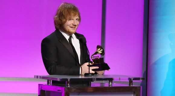 Ed Sheeran lên nhận giải thưởng ca khúc của năm.