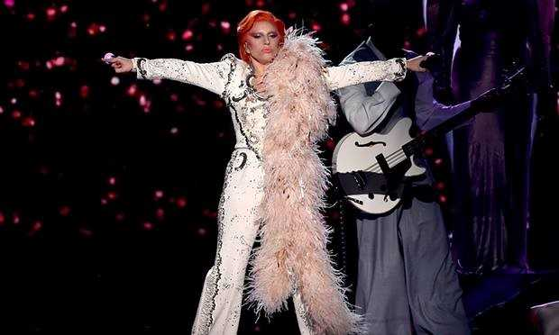 Lady Gaga trên sân khấu Grammy 2016.