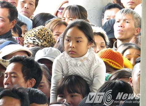 Đầu giờ chiều, sau khi hành hương về chốn Thánh địa Thiền phái Trúc Lâm, hàng ngàn người chen lấn, xô đẩy chờ trực đến lượt đi cáp treo miễn phí ngày khai hội