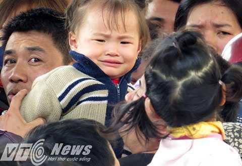 Nhiều cháu bé khóc thét kinh hãi trước dòng người chen lấn, xô đẩy