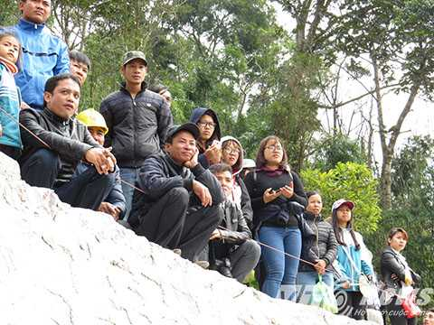 Nhiều người dân đứng nhìn cảnh tượng chen lấn