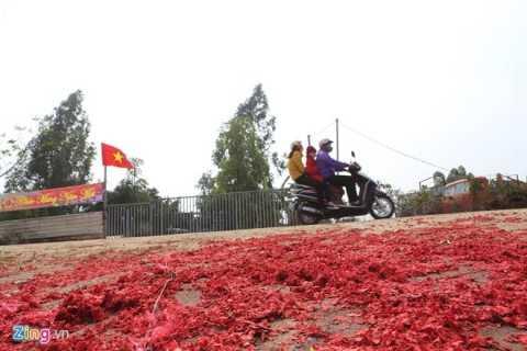 Xác pháo tràn ngập Vĩnh Phúc (Ảnh: Zing)