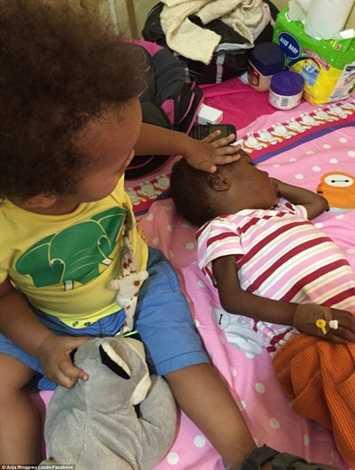 Con trai của cô Loven chơi đùa cùng với Hope
