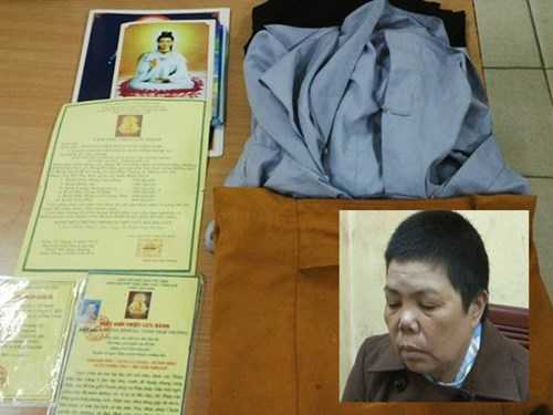 Đối tượng Nguyễn Thị Hiền cùng giấy tờ và trang phục giả