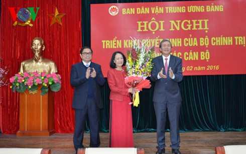 Ông Đinh Thế Huynh trao quyết định của Bộ Chính trị và tặng hoa bà Trương Thị Mai