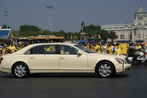 Thái Lan - Maybach 62 Limousine 500.000 USD. Vua của Thái Lan Bhumibol Adulyadej là người được cho là luôn chọn những trang thiết bị hoàn hảo nhất. Và sự lựa chọn để đi lại của Đức  vua chính là chiếc Maybach 62 Limousine